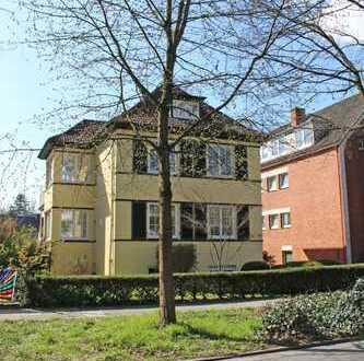 Im beliebten Schwachhausen: moderne 3 Zimmer-Wohnung mit großem Balkon in Bremer-Althaus-Villa....