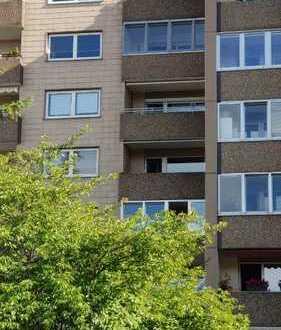 4,5 Zimmer-Wohnung mit Balkon, 2 Badezimmern und Tiefgaragenstellplatz im gepflegten MFH mit Aufzug