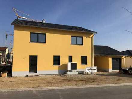 Einfamilienhaus mit Garage und Carport in Holzheim am Forst