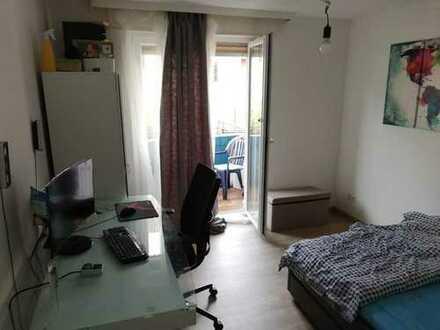 Zimmer mit Balkon in so gut wie neu sanierter 67m² Wohnung zu vergeben
