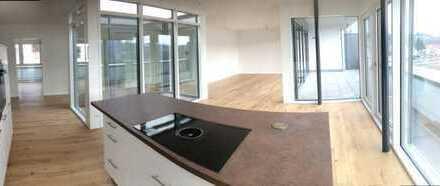- verglaster Innenhof im Mittelpunkt der eindrucksvollen Penthouse -