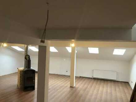 Wohnzimmer mit TV-Arbeits- Essbereich und Kaminecke