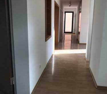 Helle, großzügige 5-Zimmer-Wohnung mit Balkon