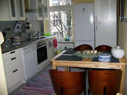 Frisch renoviertes möbilierstes Parkett-Zimmer in einer 3-Zimmer Wohnung in Wilmersdorf