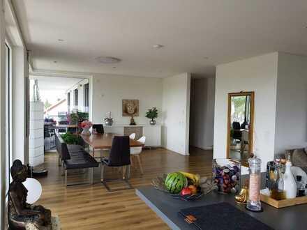 Neuwertige Penthouse-Wohnung mit dreieinhalb Zimmern sowie Balkon und EBK in Mutlangen