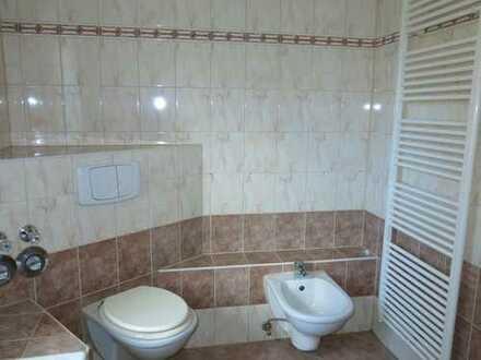 3-Zi-Wohnung mit großer Wohnküche, Bad mit Fenster, Garage!
