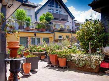 Außergewöhnliche Wohnung mit mediterranem Innenhof und Loungeküche