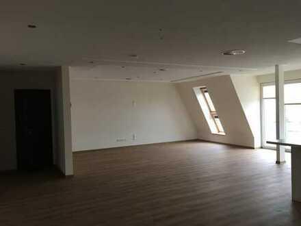 Großzügige, helle 3-Zimmer-DG-Wohnung mit Westbalkon im Stadtzentrum von HGW