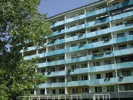 teilsanierte Wohnung mit großem Balkon direkt an der Spree