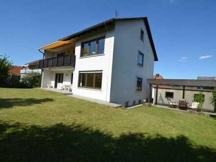 4-Zimmer-EG-Wohnung in Zweifamilienhaus mit EBK, neuem Bad, Terrassen und großem Garten in Erlabrunn