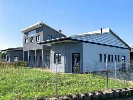 Klimatisierte Lager- und Produktionshalle mit einladendem Empfangs- und Bürobereich