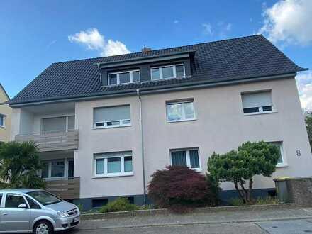 Von Privat: Modernisierte Dachgeschosswohnung mit drei Zimmern und 2 Balkonen