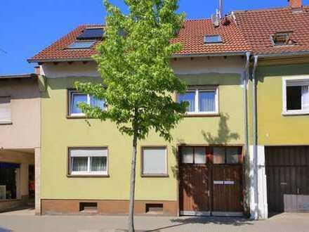 Haus statt Wohnung: Älteres, teilsaniertes Einfamilienhaus ohne Garten in zentraler Lage