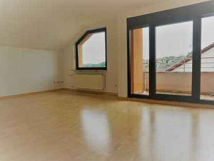 Schöne 2 Zi. Dachgeschoß-Wohnung mit wenig Schräge,  Einbauküche und Balkon in ruhiger Lage.