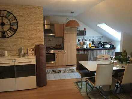 Gepflegte 2-Zimmer-Dachgeschosswohnung mit Balkon, EBK und TG in Mosbach