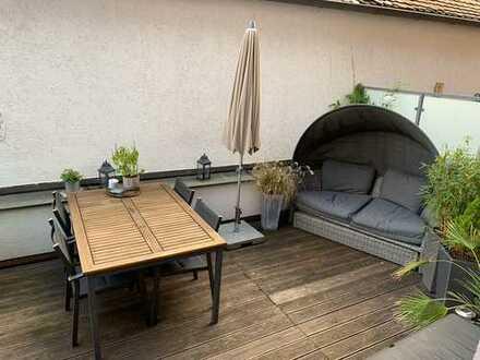 Exklusive, sanierte 2-Zimmer-Wohnung mit 17qm großer Dachterrasse und Einbauküche in Augsburg