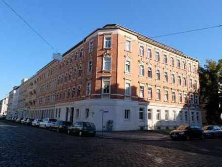 Frisch renovierte 4-Zimmer-Wohnung mit 2 Bädern, Balkon und EBK
