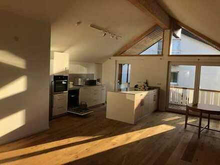 Exklusive 3,5-Zimmer-Dachgeschosswohnung mit 3 Balkonen, Weitblick und offener Küche in Ravensburg
