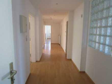 Großzügige frisch renovierte 4- Zimmer-Wohnung in zentraler Lage in Arheiligen ( WG - geeignet )