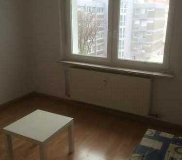 Angeboten wird ein möbliertes, helles und modernes Zimmer (ca. 23 m2) in 2er WG in einer 3-Zimmer Wo