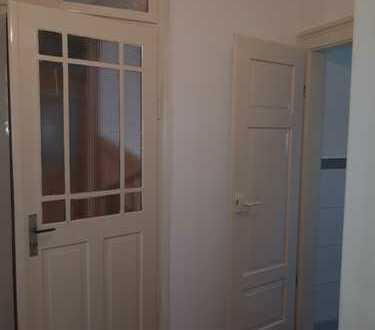 Vollständig renovierte Wohnung mit drei Zimmern sowie Balkon und EBK in Esslingen