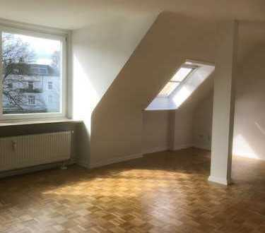 sehr schöne, helle Dachgeschoßwohnung in Elbnähe