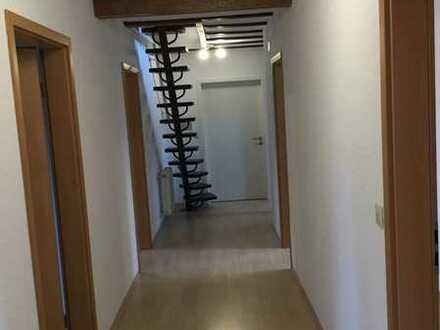 Geräumige DG-Wohnung mit drei Zimmern und Einbauküche in Miesenbach
