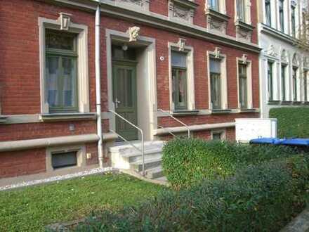langfristig vermietete Wohnung in ruhiger Seitenstraße mit Balkon und Tageslichtbad