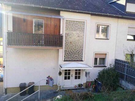 sehr schöne, renovierte 3 Zimmer/Küche/Bad Wohnung, Balkon und KfZ-Stellplatz