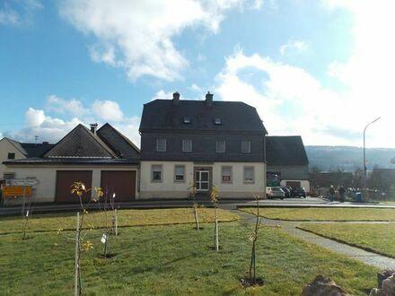 Bauernhaus mit großen Scheunen, Werkstatt und Garagen