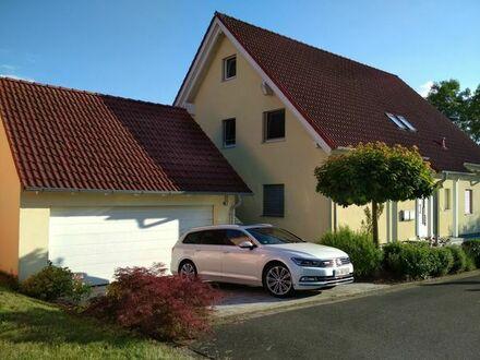 Schicke 3,5 Zimmer EG-Wohnung mit Keller, Garten und Doppelgarage