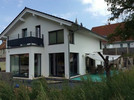 Esthal - Klare Architektur in toller Familienlage - Neuwertiges EFH mit großem Grundstück!