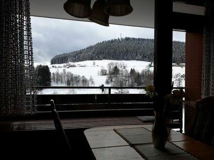 URLAUBSFEELING: Schöne 2-Zi.-Ferienwohnung in Baiersbronn mit Balkon und traumhaftem Ausblick.