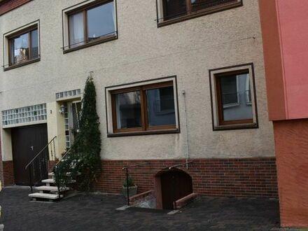 Familienfreundliches Haus mit großzügigen Wohnräumen, Innenhof in ruhigem Wohnviertel.