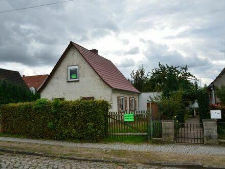 Kl. Haeuschen + Garage mit Anbau + und schoenen großen Garten / ca.880 qm in Oschersleben