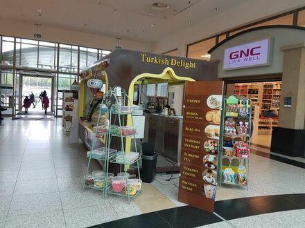 Verkaufsstand Kiosk im Einkaufszentrum mit Snacks und Drinks