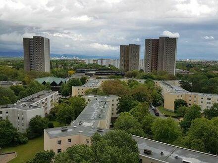 Sonnige, renovierte 2 Zimmer Wohnung mit schöner Aussicht