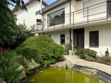 UG Wohnung mit großer Terrasse, Garten und Teich.