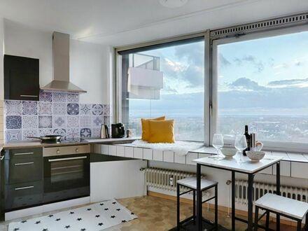 Direkt an der U-Bahn, neu renoviertes Apartment mit Kölner Skyline. Fitness, Post, Kiosk, Imbiss, und 24-Std.-Concierge…