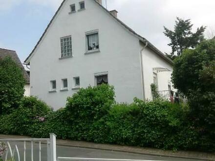 Ein Einfamilienhaus mit idyllischem Garten