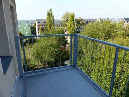 Ordentliches Haus mit 3-Zi.-DG-Wohnung mit großem Balkon - Erstbezug nach Neurenovierung!