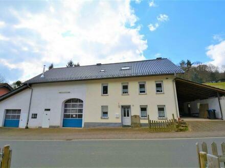 Ruhig gelegenes, geräumiges Wohnhaus mit großen Garagen, Carport und Garten in der Eifel