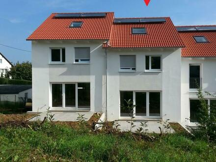 Modernes Haus mit Garage und sonnigen Garten