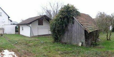 Freistehendes Einfamilienhaus mit Garagen und 1.474 qm großem Grundstück