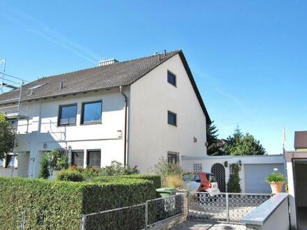 Große, behagliche Doppelhaushälfte mit gepflegtem Garten, Hofraum und Garage in zentraler Wohnlage von Baiersdorf