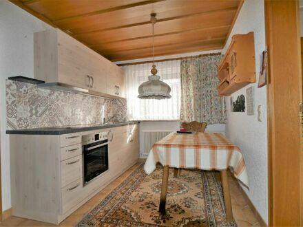 Im Winter ein wohliger Kachelofen, im Sommer eine sonnige Terrasse: 1,5-Zimmer-Einliegerwohnung in Lautertal