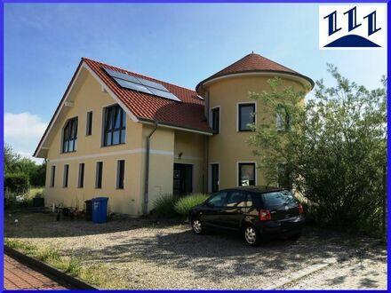 EDV-Nr. 11383 - Großes Einfamilienhaus mit Turmanbau und Einliegerwohnung