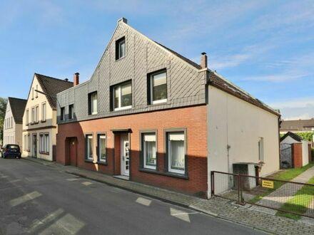 TT bietet an: Zweifamilienhaus mit viel Nebenfläche in Tonndeich!