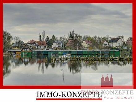 Courtagefrei! Reihenbootshaus mit elektr. Tor, Steg und Rasenfläche in erster Reihe am Heidensee