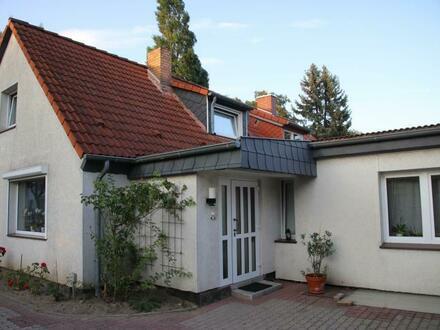 Doppelhaushälfte mit wohnlich oder gewerblich nutzbarem Nebengebäude mit insgesamt 8 Zimmern in attraktiver Wohnlage
